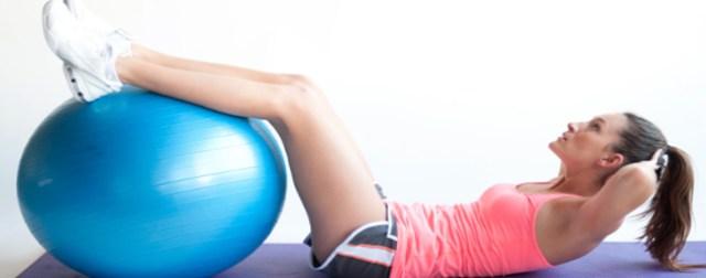 abdominal com as pernas na bola de ginastica