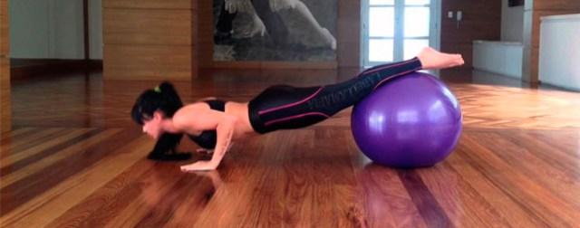 flexão com a bola de ginastica