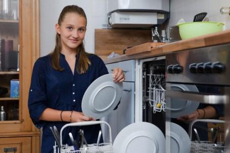 mulher colocando a louça para lavar na lava louças