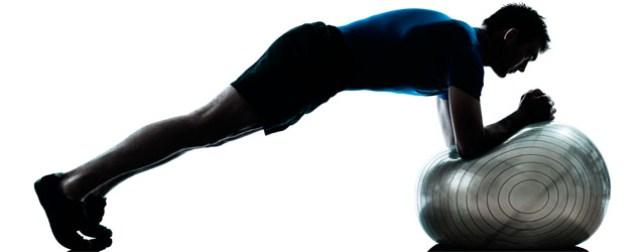 prancha isométrica com a bola de ginastica