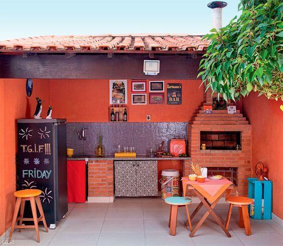 churrasqueira com detalhes coloridos e posteres