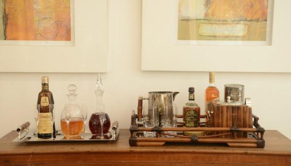 bar caseiro com bandeja de bamboo