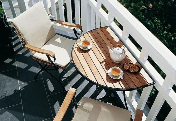 conjunto de mesa e cadeira na varanda