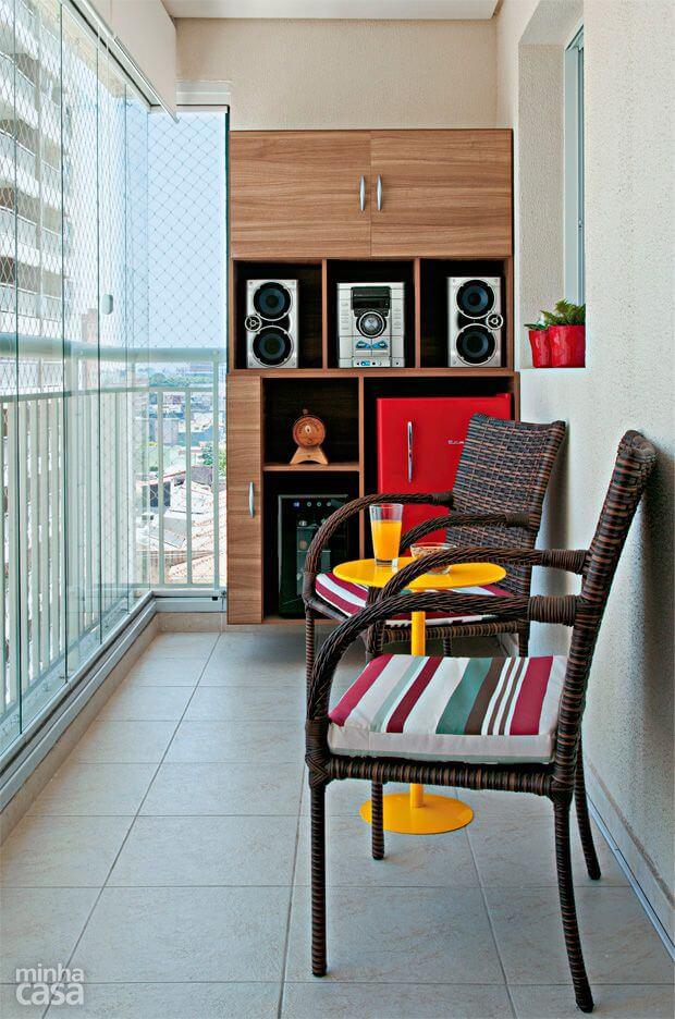 varanda com cadeira com almofada