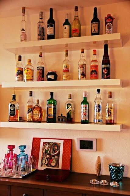 prateleira na parede para bebidas