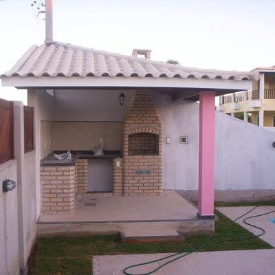 quiosque rosa com telhas