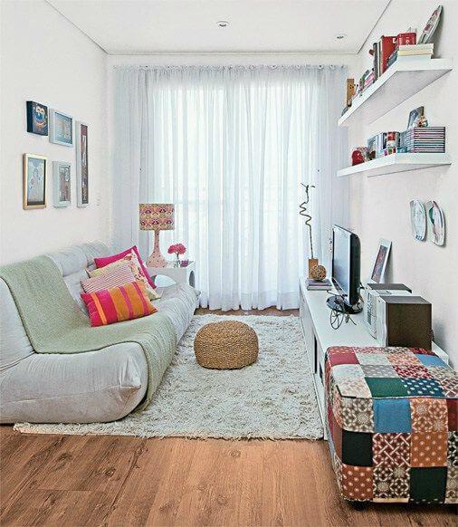 Sala mostrando os detalhes da decoração em cores vibrantes