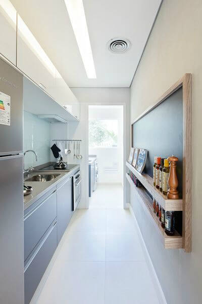 Cozinha com iluminação natural e artificial
