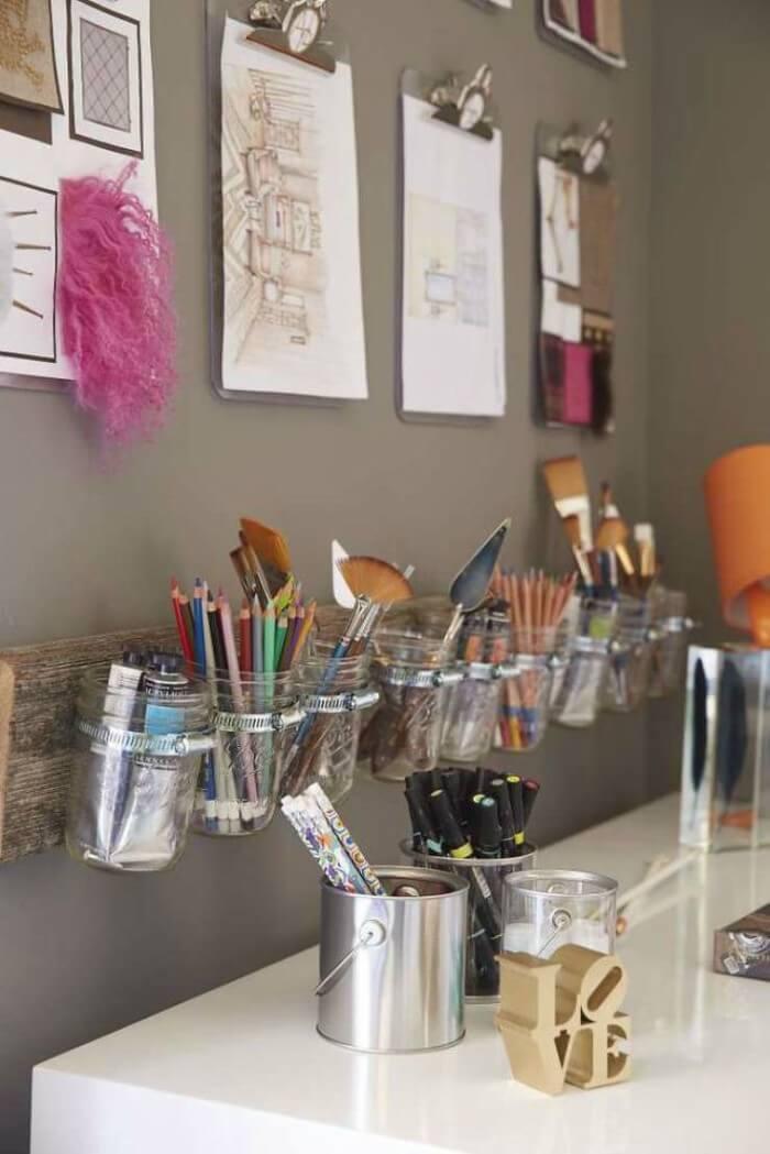 Potes de vidro servindo de porta lápis