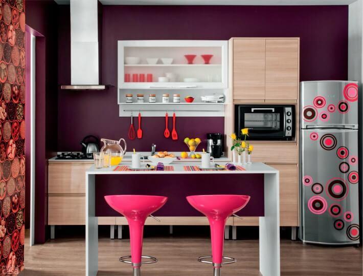 Cozinha com bancos rosa e eletrodomésticos coloridos