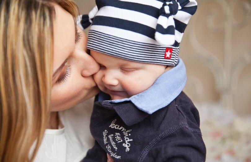 mãe beijando bebê